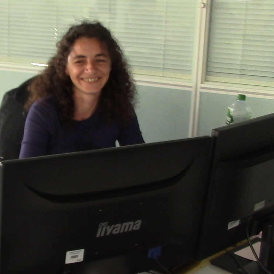 Photo d'Aurore, créatrice de KréAcor, au bureau devant l'ordinateur